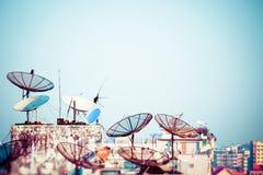 Paesaggio urbano astratto di Rangoon con i riflettori parabolici parabolici ai tetti della costruzione myanmar Fotografie Stock Libere da Diritti