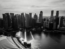 Paesaggio urbano in bianco e nero di Marina Bay a Singapore Immagine Stock Libera da Diritti