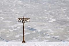Paesaggio urbano blu di inverno di un fiume coperto di ghiaccio e di argine con la lanterna d'annata del metallo, Dniepropetovsk, fotografie stock libere da diritti