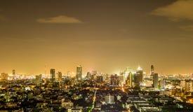 Paesaggio urbano caldo di notte a Bangkok fotografie stock