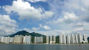 Paesaggio urbano, cloudscape e cielo blu residenti delle costruzioni Fotografia Stock