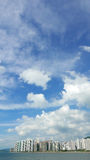 Paesaggio urbano, cloudscape e cielo blu residenti verticali delle costruzioni Immagine Stock Libera da Diritti