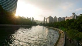 Paesaggio urbano, cloudscape e fiume degli edifici residenziali Fotografie Stock