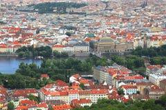Paesaggio urbano con i tetti rossi a Praga, repubblica Ceca fotografia stock