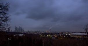 Paesaggio urbano con il fiume ed il parco a priorità alta e movimento delle nuvole al crepuscolo video d archivio