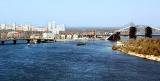 Paesaggio urbano con il fiume ed il ponte blu Fotografie Stock Libere da Diritti