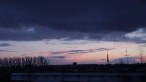 Paesaggio urbano con l'alba viva varicolored meravigliosa Cielo blu drammatico di stupore con le nuvole porpora e viola sopra bui archivi video