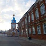 Paesaggio urbano con la chiesa Immagini Stock