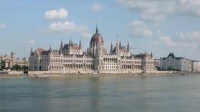 Paesaggio urbano con la costruzione ungherese del Parlamento a Budapest, vista dal fiume, neogotico e dalle beaux-arti stock footage