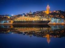 Paesaggio urbano con la torre di Galata, Horn dorato ed il traghetto Immagine Stock Libera da Diritti