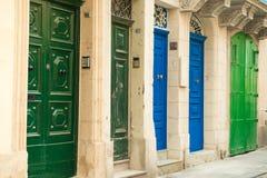 Paesaggio urbano con le porte variopinte a La Valletta Fotografie Stock Libere da Diritti
