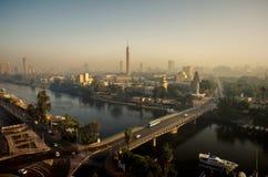 Paesaggio urbano urbano con le strade, il ponte attraverso il fiume e le automobili Immagini Stock Libere da Diritti