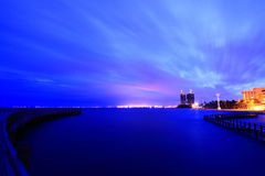 Paesaggio urbano con penombra di alba dell'acqua Fotografia Stock Libera da Diritti