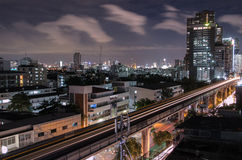 Paesaggio urbano con skytrain immagine stock