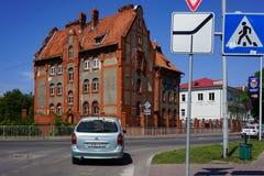 Paesaggio urbano con una vista della strada e di vecchia costruzione nello stile prussiano contro il cielo blu Fotografie Stock Libere da Diritti