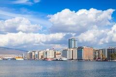 Paesaggio urbano costiero con le costruzioni moderne Smirne, Turchia Fotografia Stock
