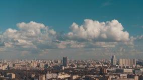 Paesaggio urbano da parte migliore con le belle nuvole qui sopra Immagini Stock Libere da Diritti