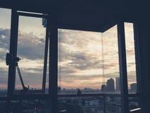Paesaggio urbano dalla stanza del condominio immagine stock