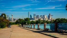 Paesaggio urbano del centro dell'orizzonte della metropoli di Dallas Texas con la torre della Riunione e l'intera città in vista Fotografia Stock Libera da Diritti