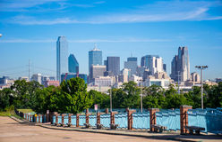 Paesaggio urbano del centro dell'orizzonte della metropoli di Dallas Texas di prospettiva lunga con gli edifici per uffici e dei  Fotografia Stock Libera da Diritti