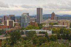 Paesaggio urbano del centro di Portland accoccolato in alberi Fotografia Stock