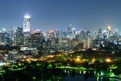 Paesaggio urbano del distretto aziendale con alta costruzione con il parco (Sedere Immagine Stock