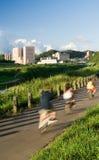 Paesaggio urbano del driver della bicicletta al riverbank immagine stock libera da diritti