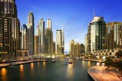 Paesaggio urbano del Dubai alla notte, Emirati Arabi Uniti Immagini Stock