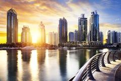 Paesaggio urbano del Dubai alla notte, Emirati Arabi Uniti Fotografia Stock Libera da Diritti