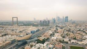 Paesaggio urbano del Dubai il giorno nuvoloso archivi video