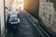 Paesaggio urbano del Giappone e stile di vita, piccolo vecchio parcheggio della motocicletta di stile giapponese Fotografia Stock Libera da Diritti