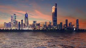 Paesaggio urbano del Kuwait, tempo blu di ora fotografie stock libere da diritti