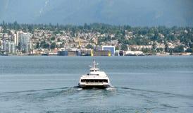 Paesaggio urbano del nord di Vancouver con il bus del mare Fotografie Stock Libere da Diritti