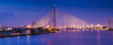 Paesaggio urbano del ponte di notte Immagini Stock