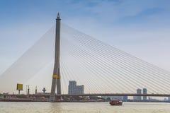 Paesaggio urbano del ponte di Rama VIII a Bangkok, Tailandia Immagine Stock