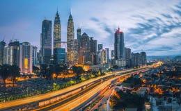 Paesaggio urbano dell'orizzonte della città di Kuala Lumpur ad alba fotografia stock