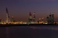 Paesaggio urbano della Bahrain nella notte Immagini Stock