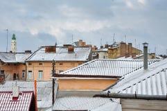Paesaggio urbano della città antica, di vecchia architettura, dei tetti con le antenne e dei camini, mura di mattoni, Drohobych,  Fotografia Stock Libera da Diritti