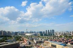Paesaggio urbano della città Cina di Tientsin di giorno con il backgr del cielo blu Immagine Stock Libera da Diritti