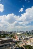Paesaggio urbano della città Cina di Tientsin di giorno con il backgr del cielo blu Immagini Stock Libere da Diritti