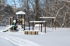 Paesaggio urbano della città di inverno - un campo da giuoco innevato in una zona residenziale nel Canada Immagini Stock