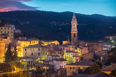 Paesaggio urbano della cittadina di Dolcedo al crepuscolo - in alpi ligure, Italia Fotografia Stock Libera da Diritti