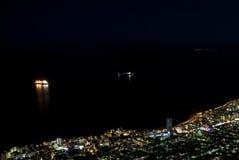 Paesaggio urbano della linea costiera alla notte Immagine Stock