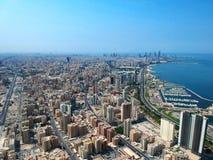 Paesaggio urbano della vista aerea costiera del Kuwait della città di Salmiya immagini stock