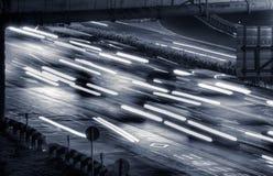 Paesaggio urbano delle automobili nella notte fotografie stock