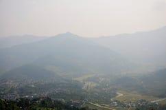 Paesaggio urbano dello sguardo di Pokhara sulla pagoda di pace di mondo Immagini Stock Libere da Diritti