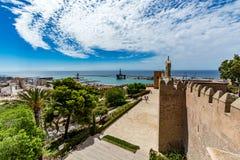 Paesaggio urbano di Almeria con le pareti del castello di Alcazaba Fotografia Stock