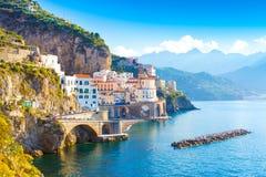 Paesaggio urbano di Amalfi sulla linea della costa di mar Mediterraneo, Italia fotografia stock