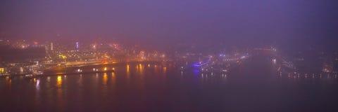 Paesaggio urbano di Amsterdam e bella vista mistica dalla cima alla notte nebbiosa Fotografie Stock