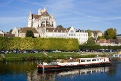 Paesaggio urbano di Auxerre di estate in un giorno soleggiato Immagine Stock